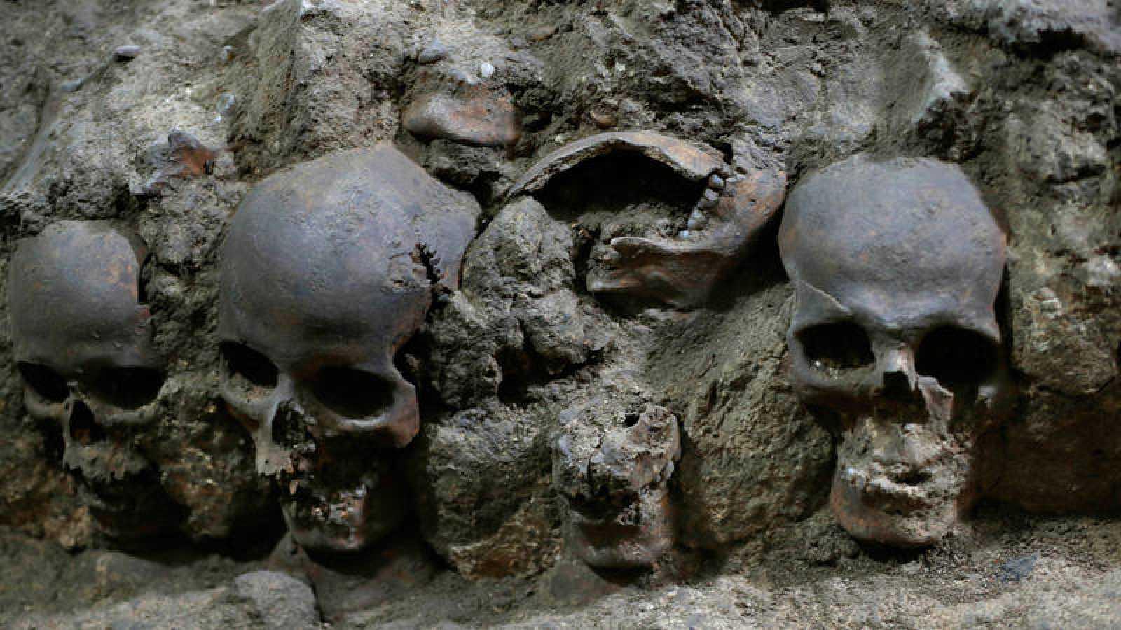 Detalle de una torre edificada con cráneos en Ciudad de México