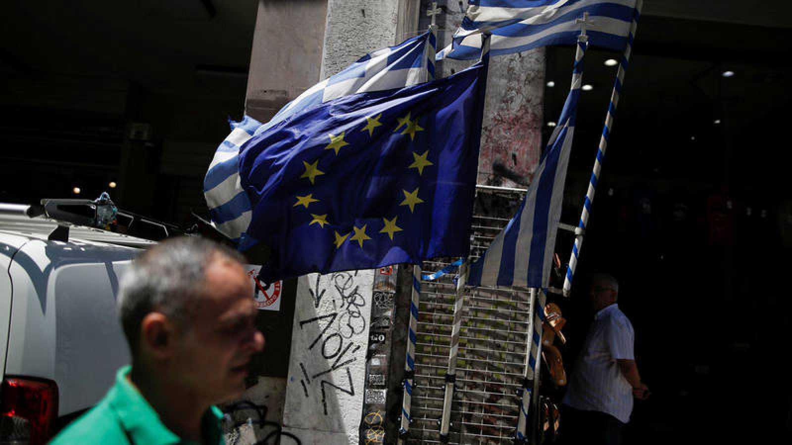 Banderas de Grecia y de la UE en un mercado de Atenas