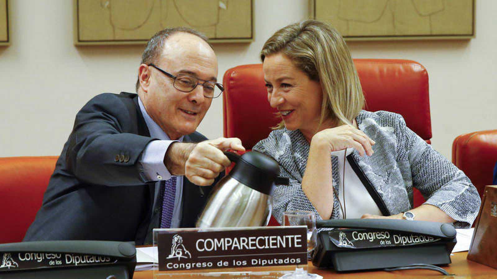 El gobernador del Banco de España, Luis María Linde, junto a la diputada canaria Ana Oramas