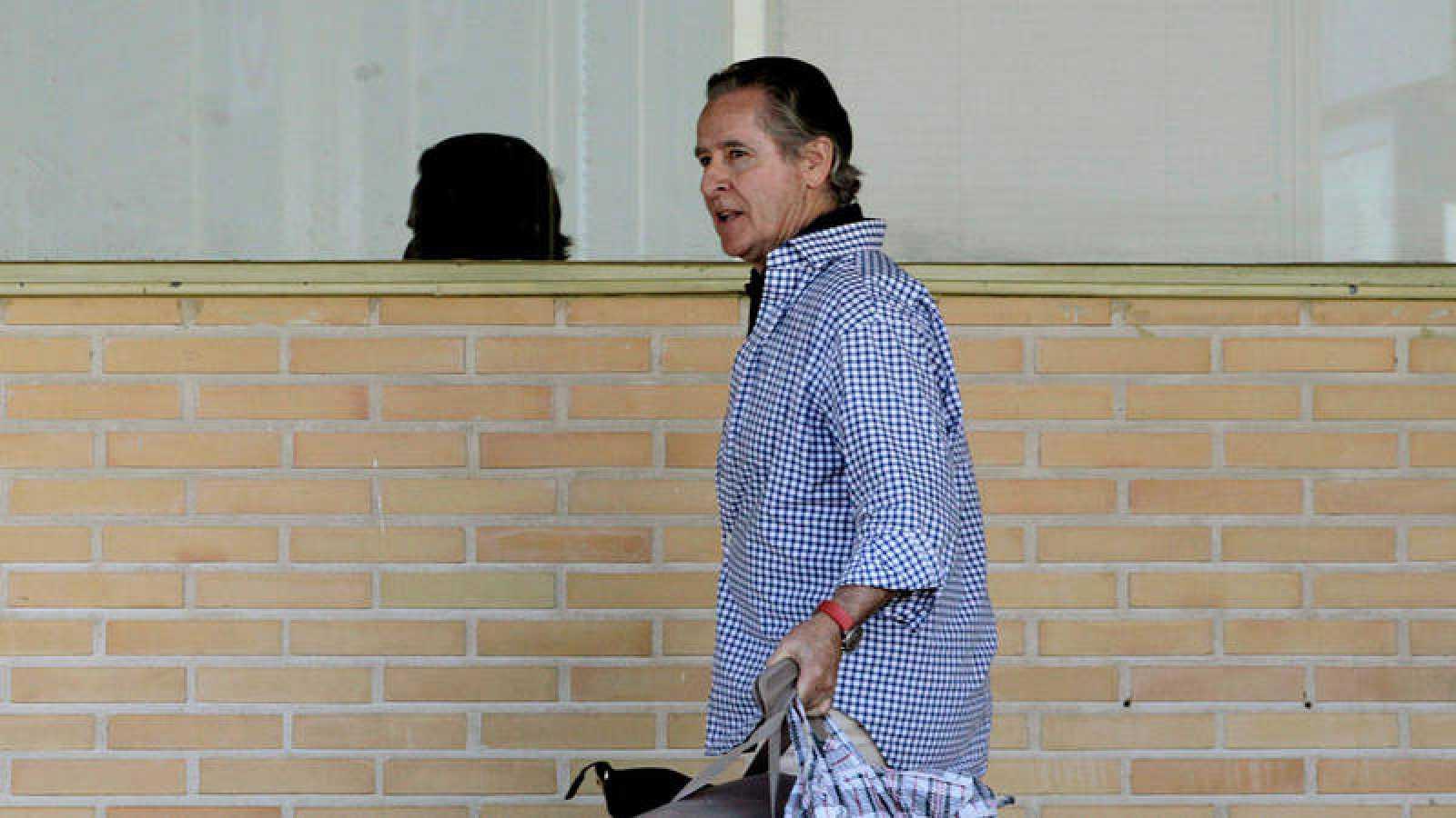El expresidente de Caja Madrid Miguel Blesa, a su salida de la prisión madrileña de Soto del Real en junio de 2013