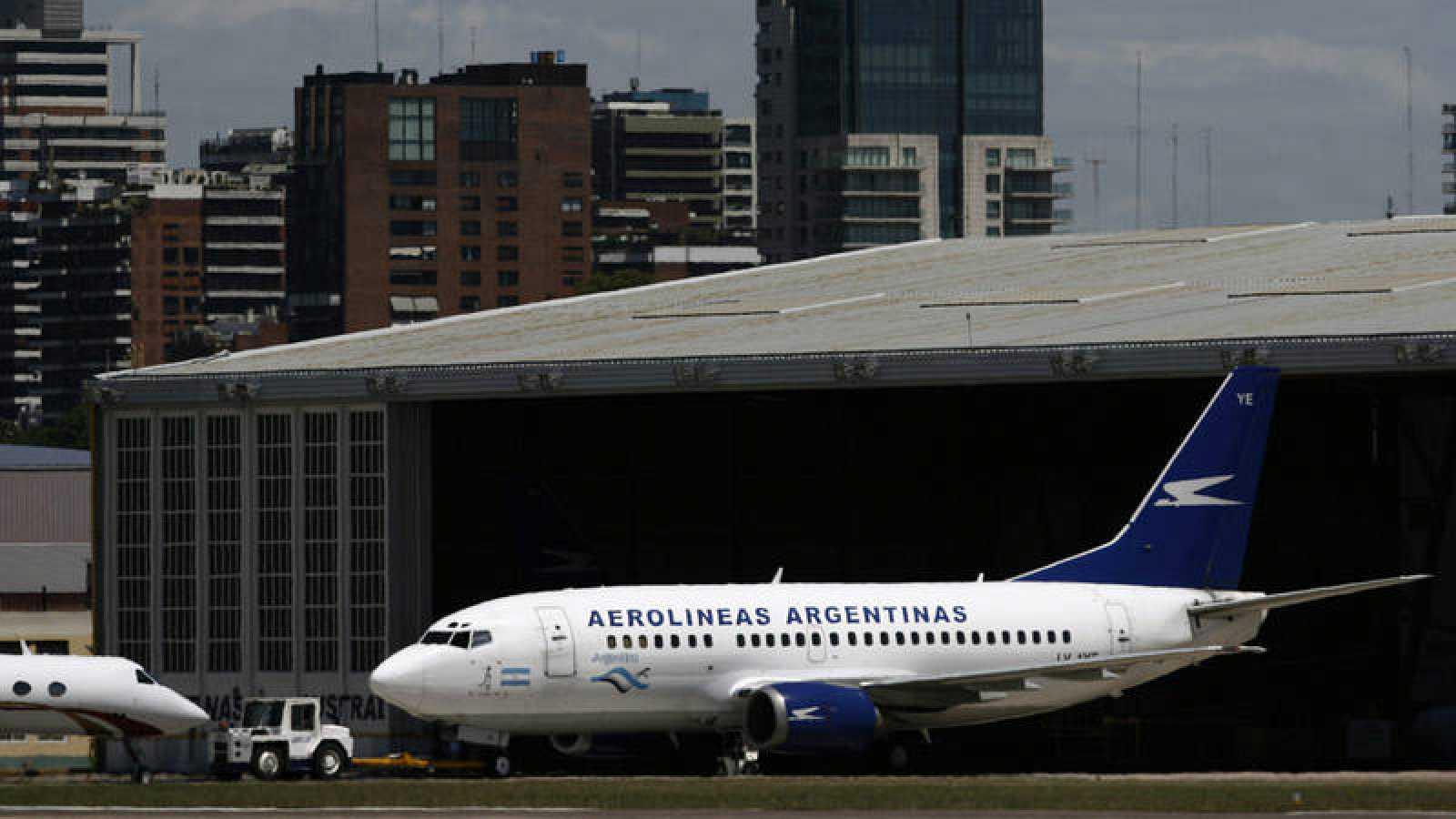 Un avión de Aerolíneas Argentinas en el Aeroparque Metropolitano de Buenos Aires, Argentina