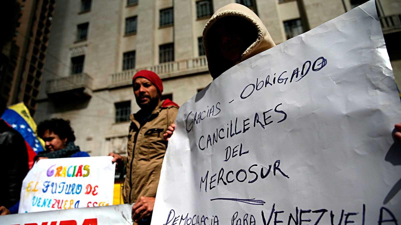 Manifestantes contra el gobierno de Maduro protestan a las puertas de la reunión de Mercosur en Sao Paulo