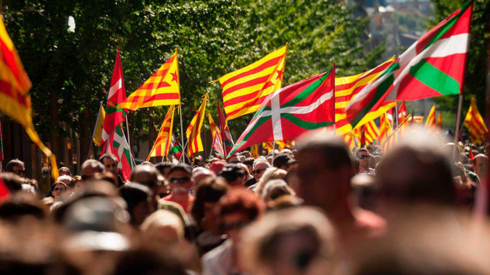 Miles de personas se manifiestan en San Sebastián en apoyo al proceso catalán