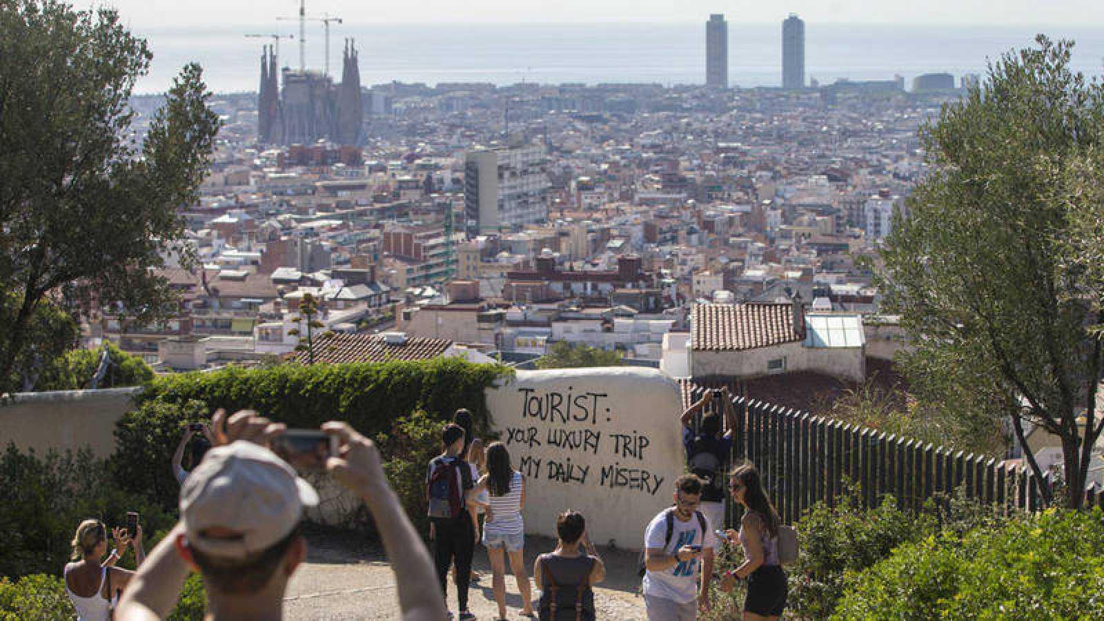 Un grupo de turistas pasea por los alrededores del Parque Güell de Barcelona
