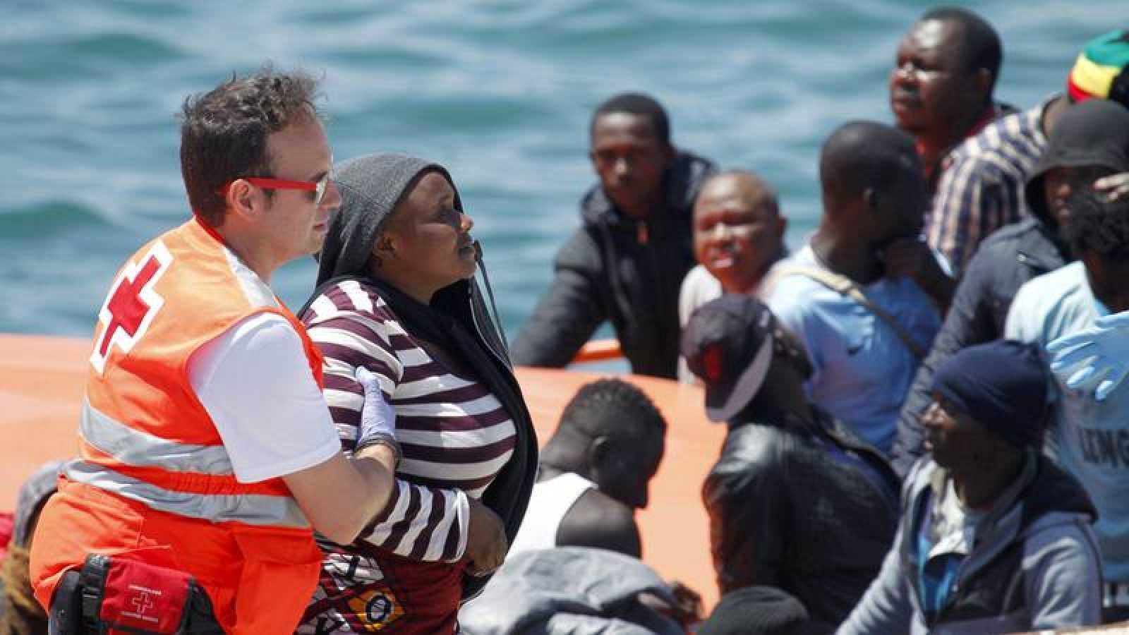 Rescate de inmigrantes a bordo de pateras en aguas del Estrecho