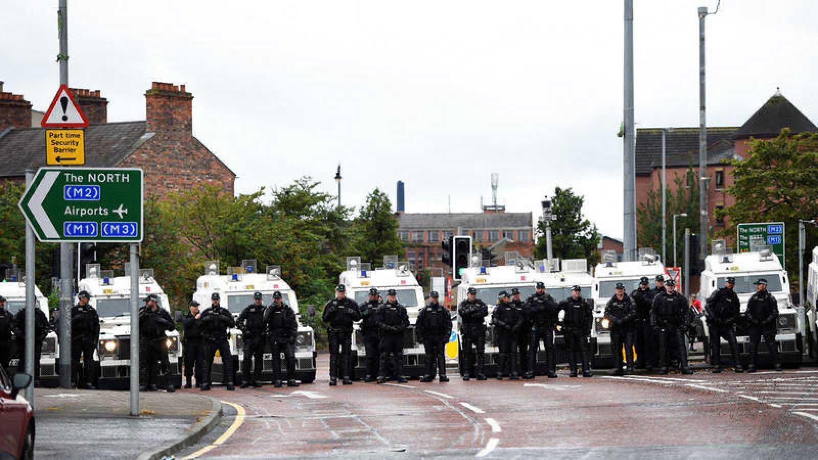 Un grupo de policías hace fila en un desfile en Belfast, en Irlanda del Norte, a principios de agosto.