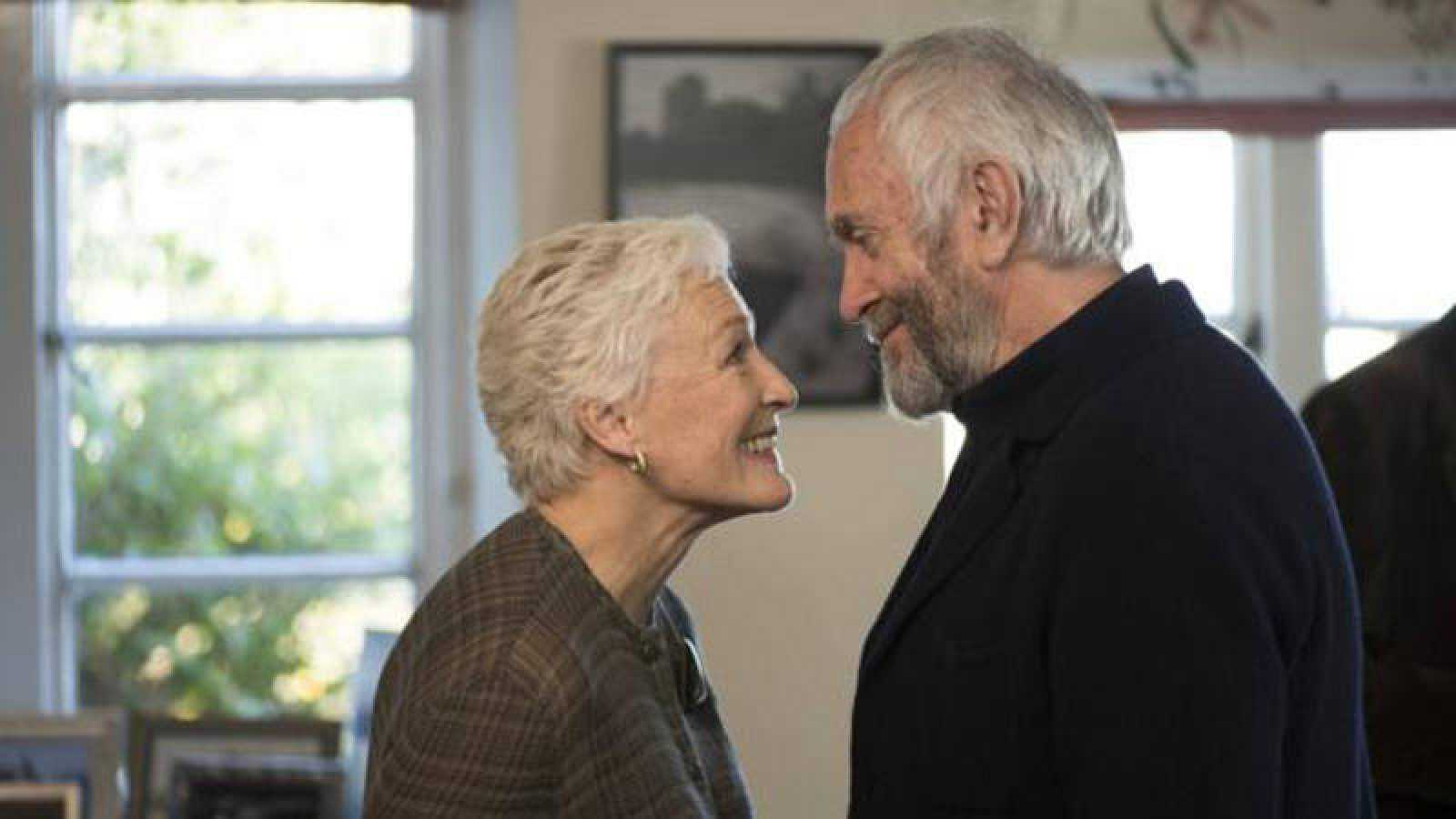 Glenn Close y Jonathan Pryce durante la película La buena esposa de Björn  Runge.