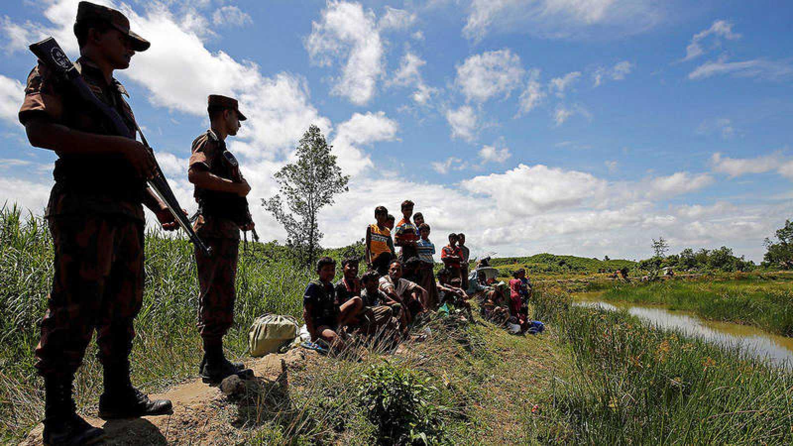 Miembros de la Guardia Fronteriza de Bangladesh impiden entrar en el país a un grupo de refugiados rohinyá que huyen de Birmania
