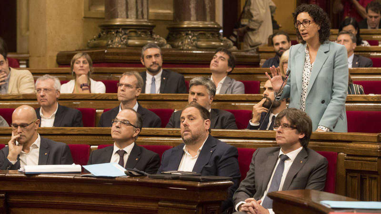 El pleno del Parlament de Cataluña, reunido en una sesión maratoniana y caótica.