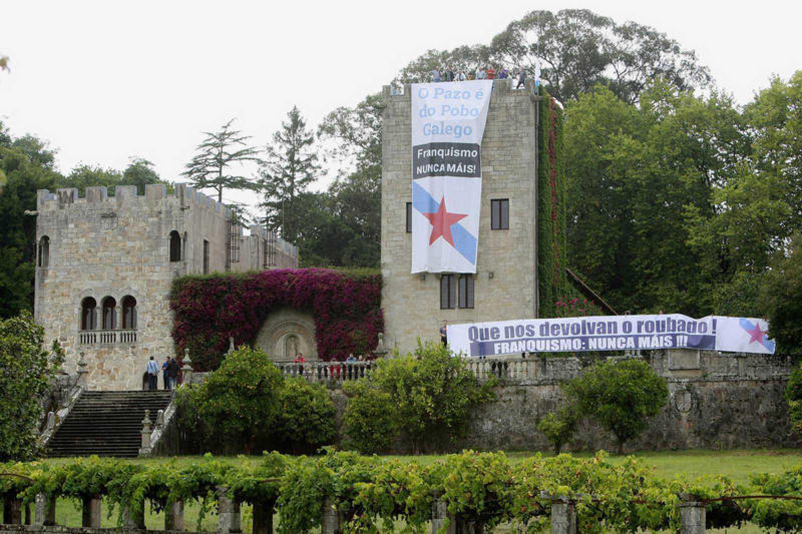 """Imagen del Pazo de Meirás con pancartas de """"Franquismo, Nunca Máis!""""."""