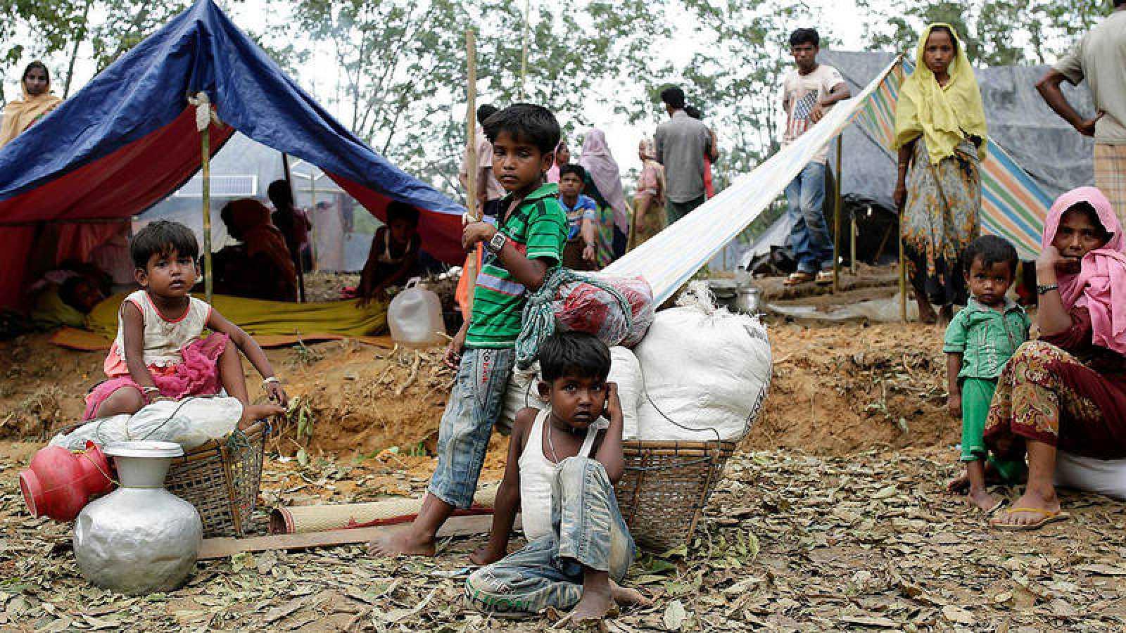 Una familia rohinyá en una campamento temporal en Ukhiya, en Bangladés
