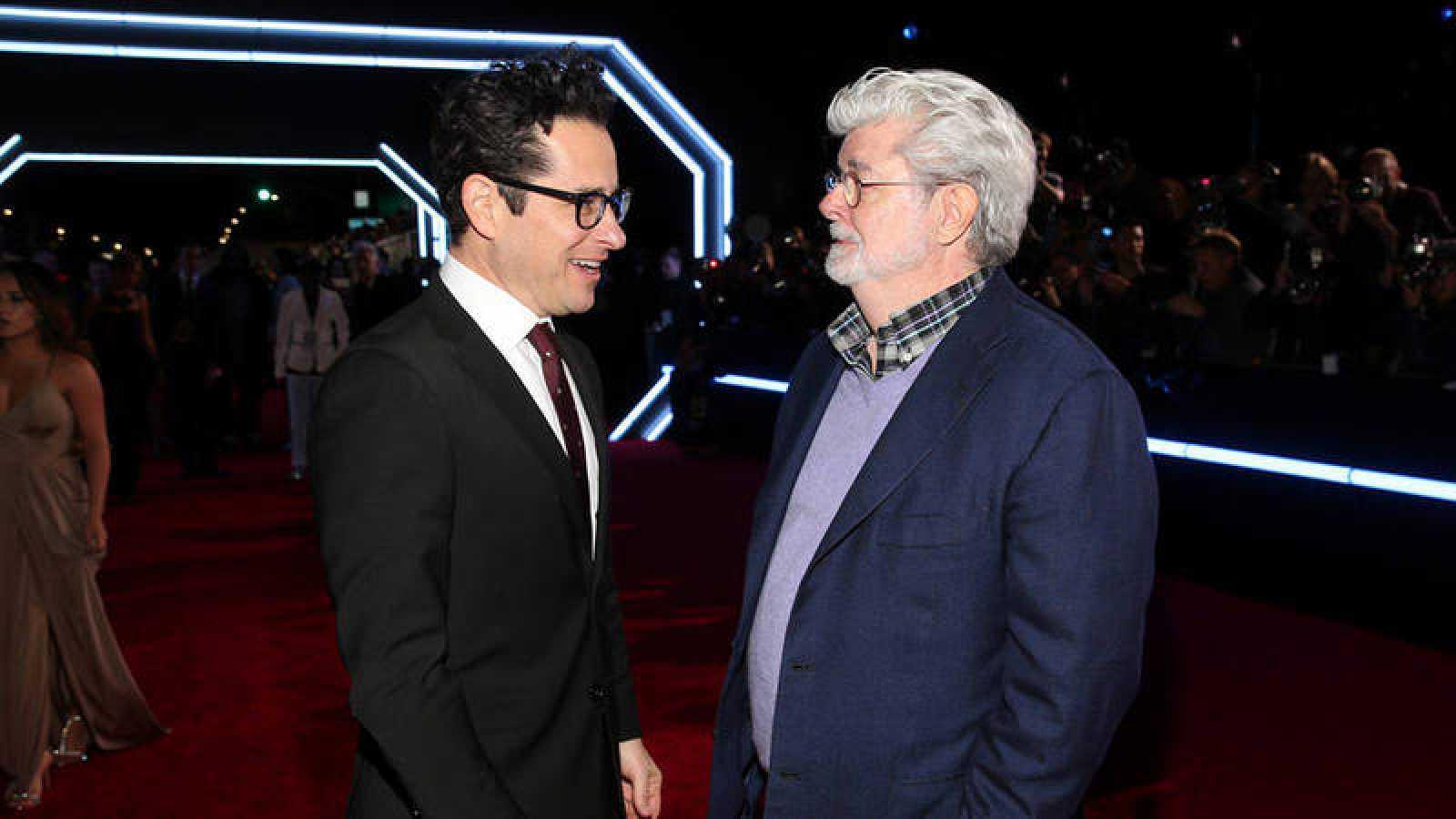 J.J. Abrams junto a George Lucas en la premiere de 'Star Wars: El despertar de la fuerza' en Los Ángeles