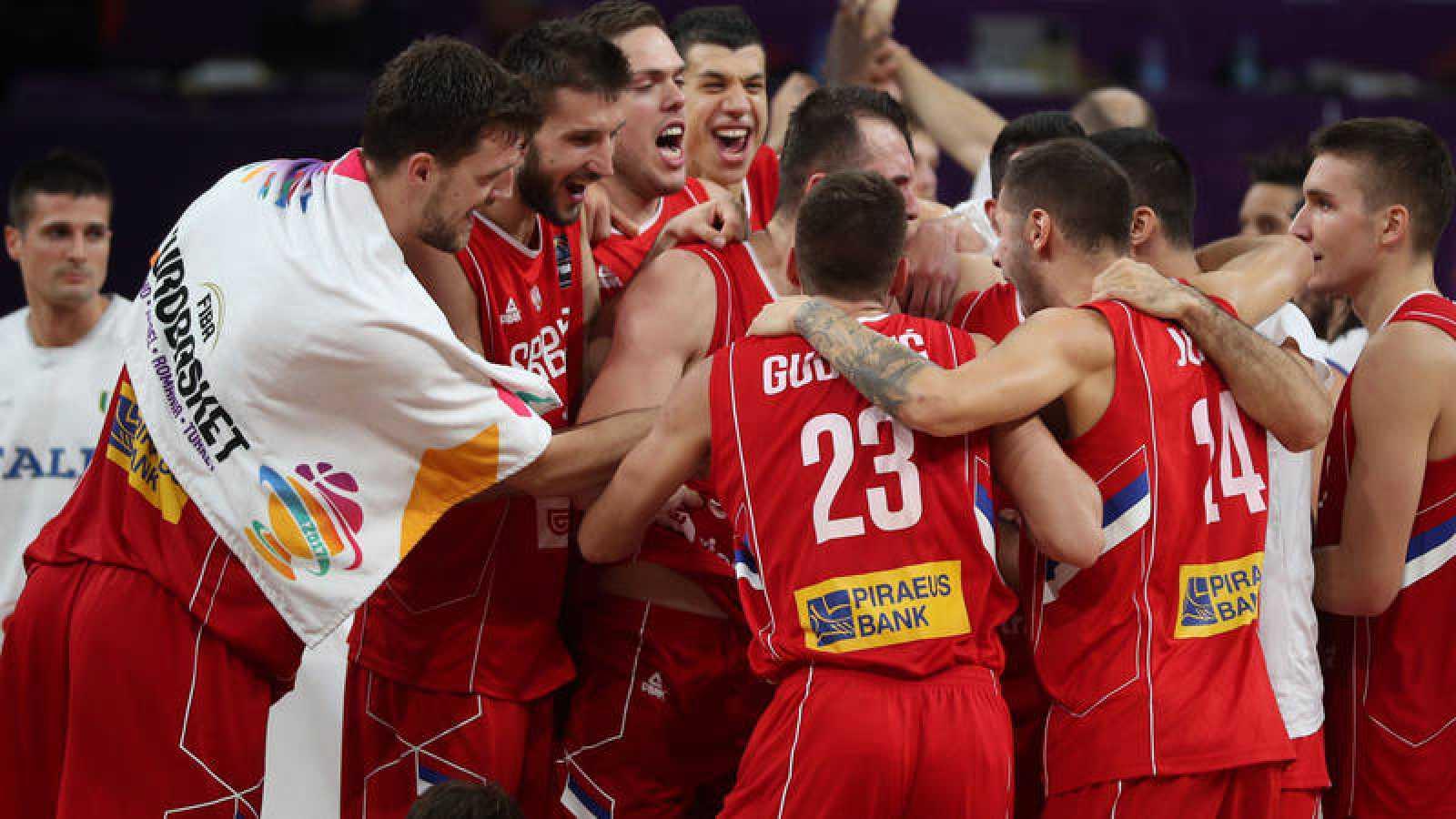 Los jugadores de Serbia celebran el pase a semifinales.