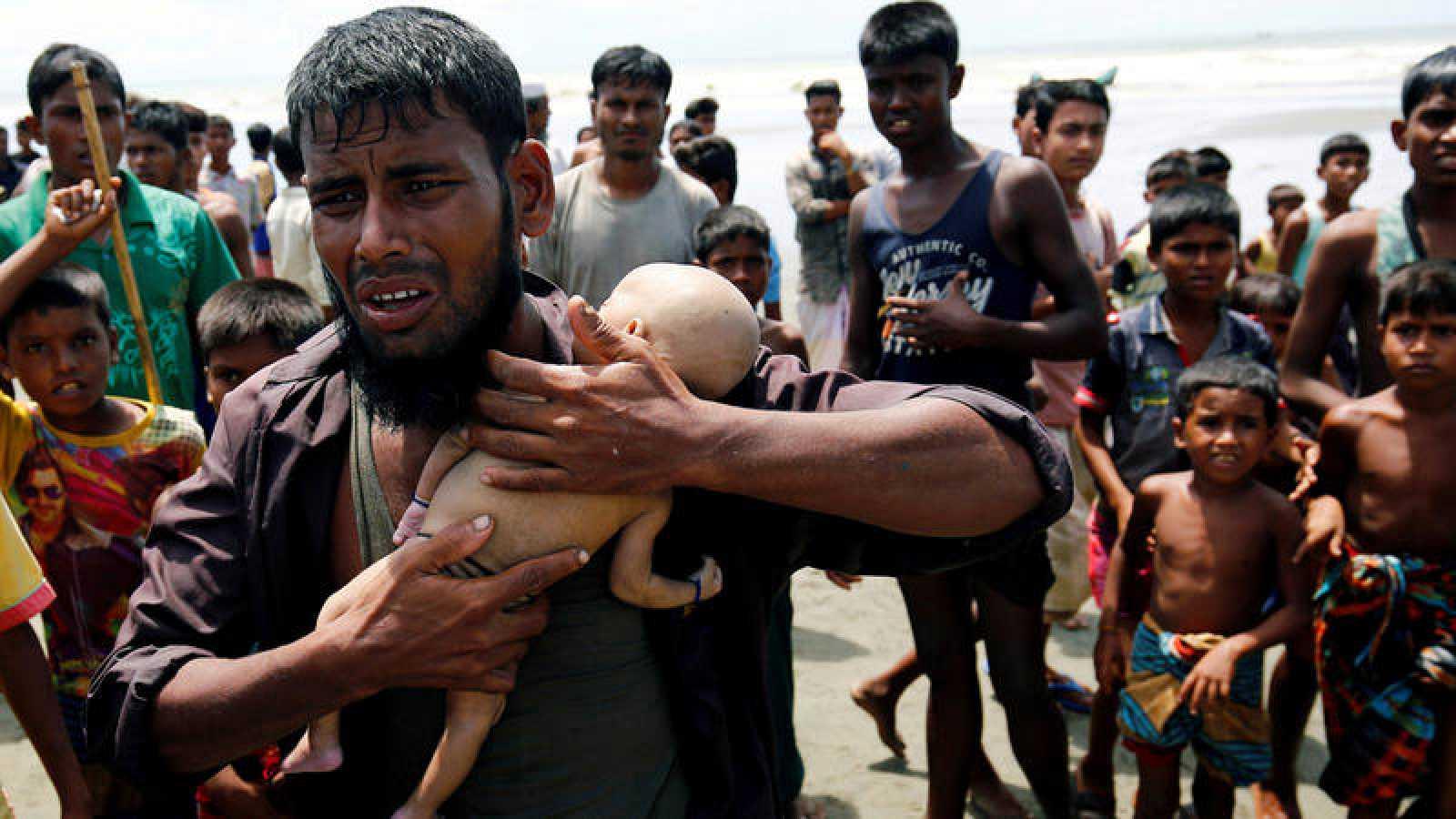 Nasir Ahmed, rohinyá, sostiene el cuerpo de su hijo de 40 días, fallecido durante la huida