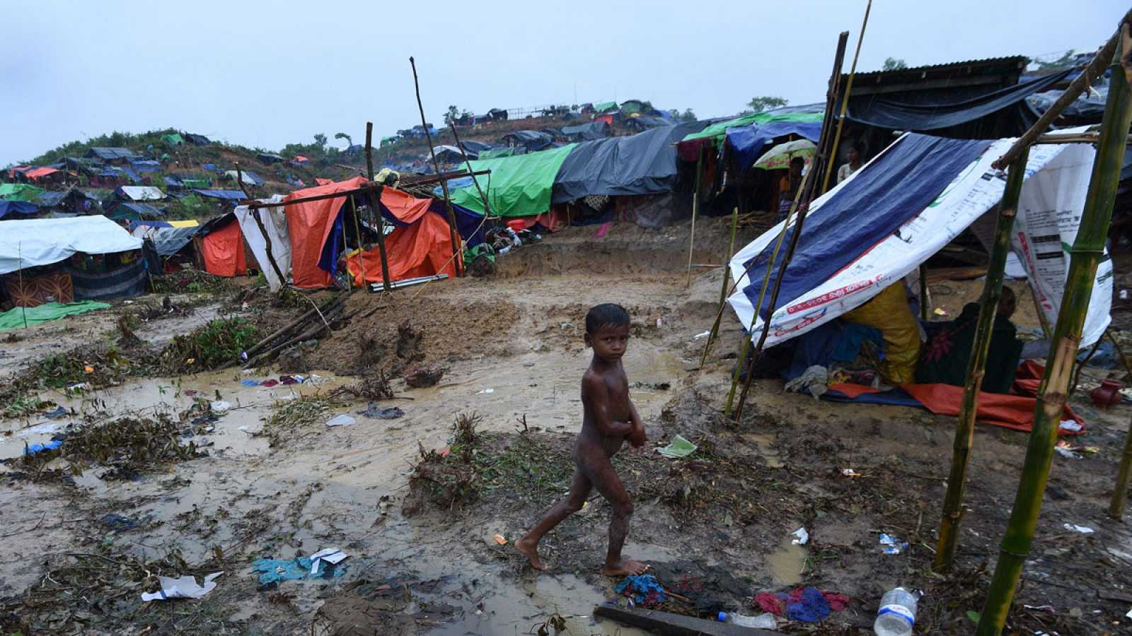 Un niño camina desnudo en el campameto de rohingyas de Balukhali, en Bangladesh