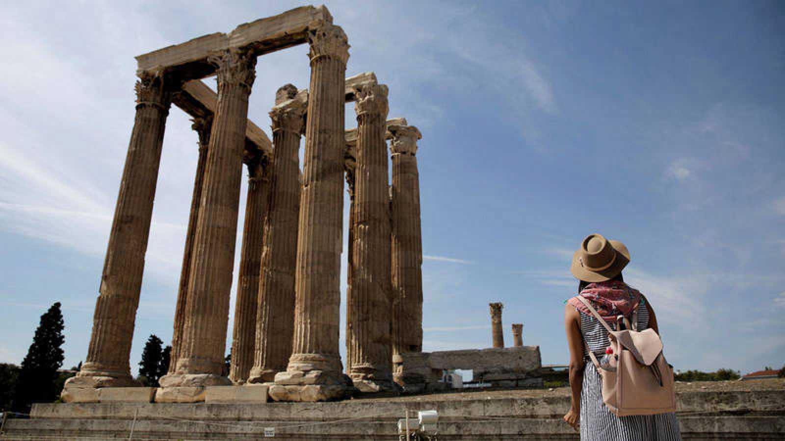 Una turista contempla el templo de Zeus en Atenas