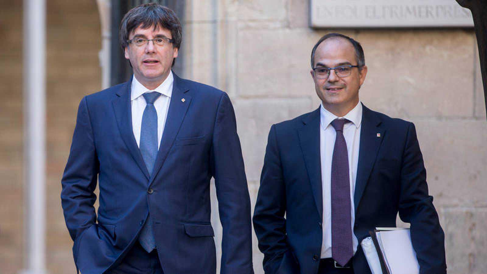 El presidente de la Generalitat, Carles Puigdemont, junto al conseller de Presidencia, Jordi Turull