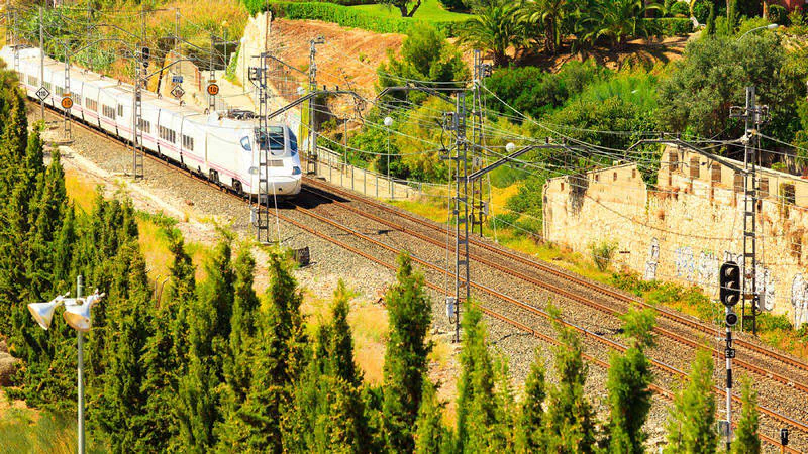 Un tren de Renfe en circulación