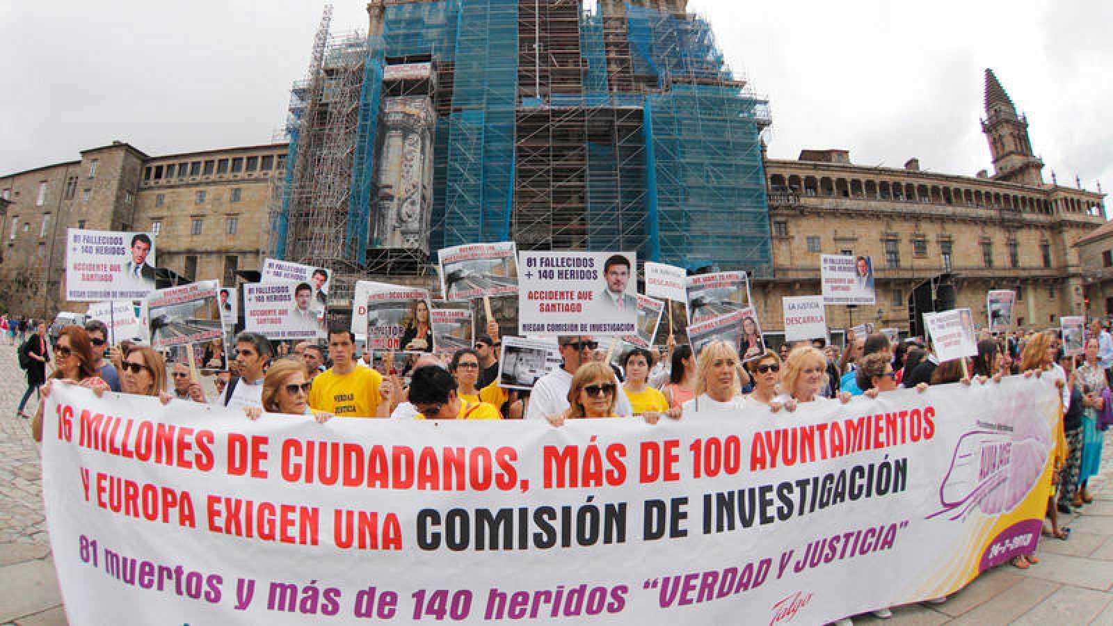 Familiares y víctimas del trágico accidente del Alvia ocurrido en Angrois, en las cercanías de Santiago
