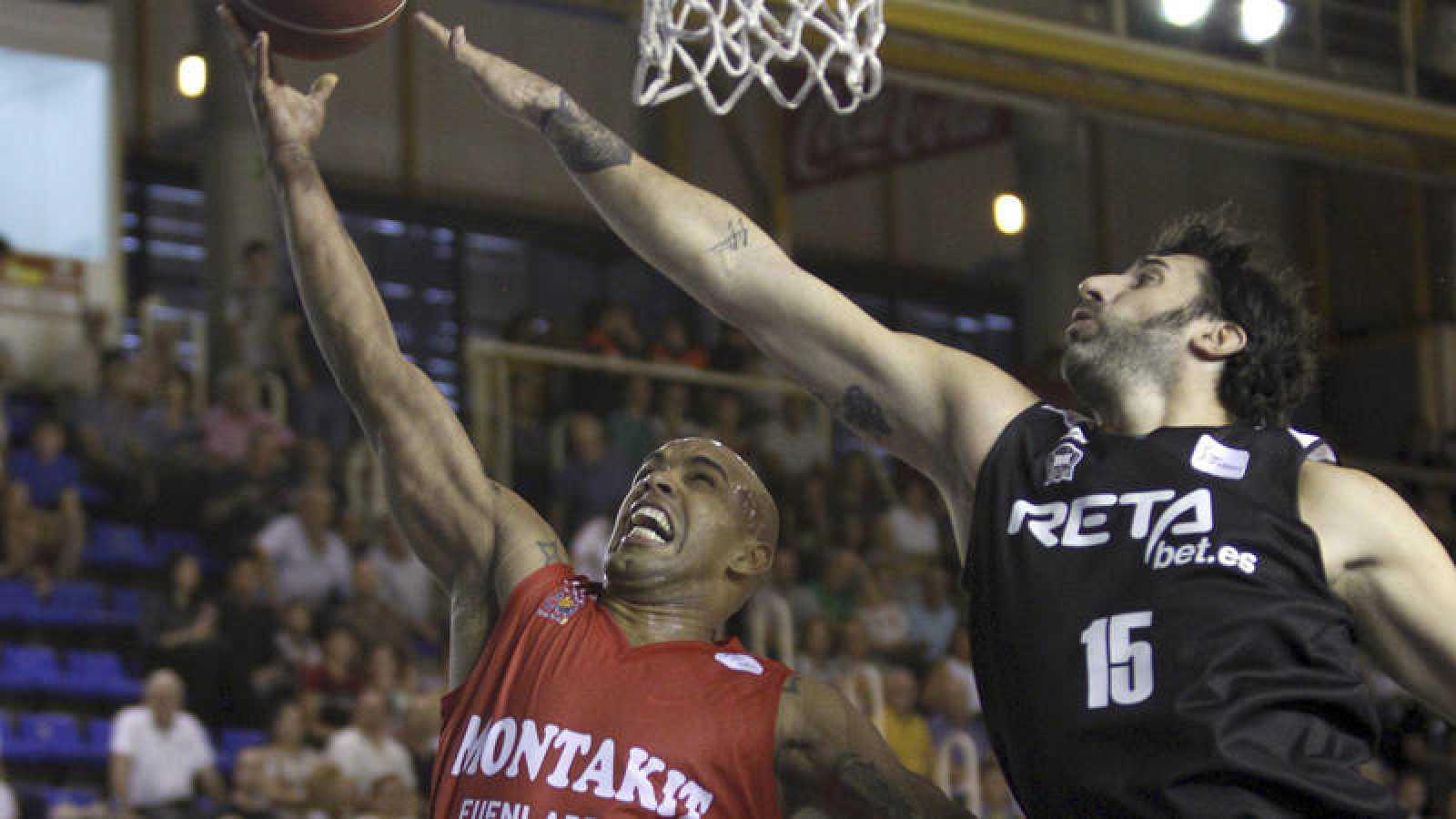 El base venezolano del Montakit Fuenlabrada Gregory Vargas (i) penetra a canasta ante Álex Mumbrú, del Bilbao Basket,