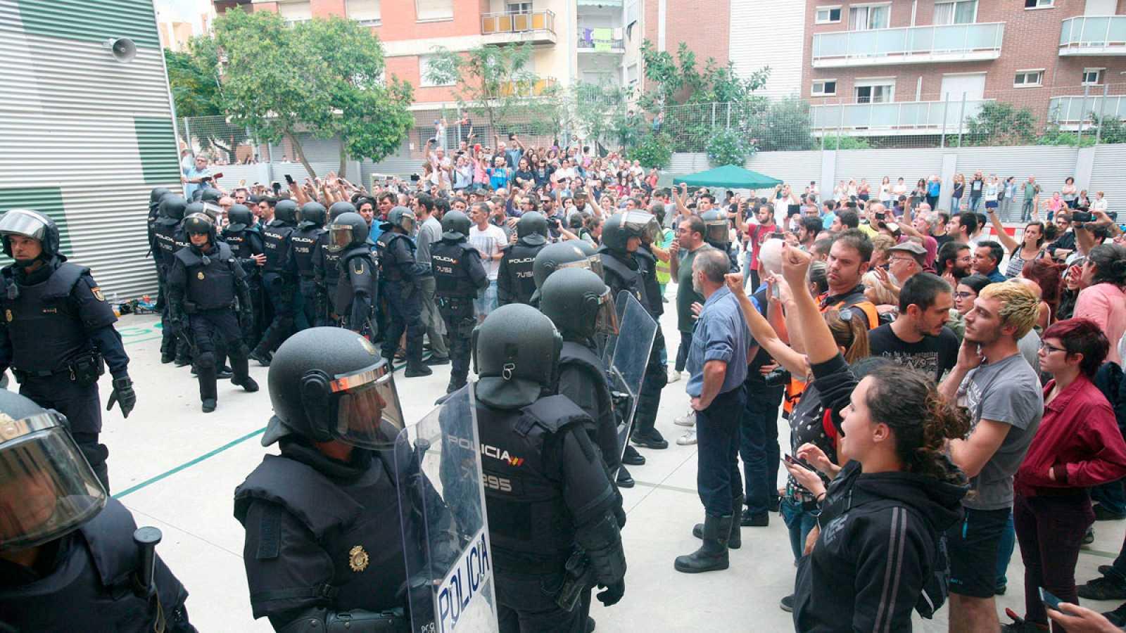 Agentes de la policía nacional forman un cordón policial en el IES Tarragona 69694376f2f