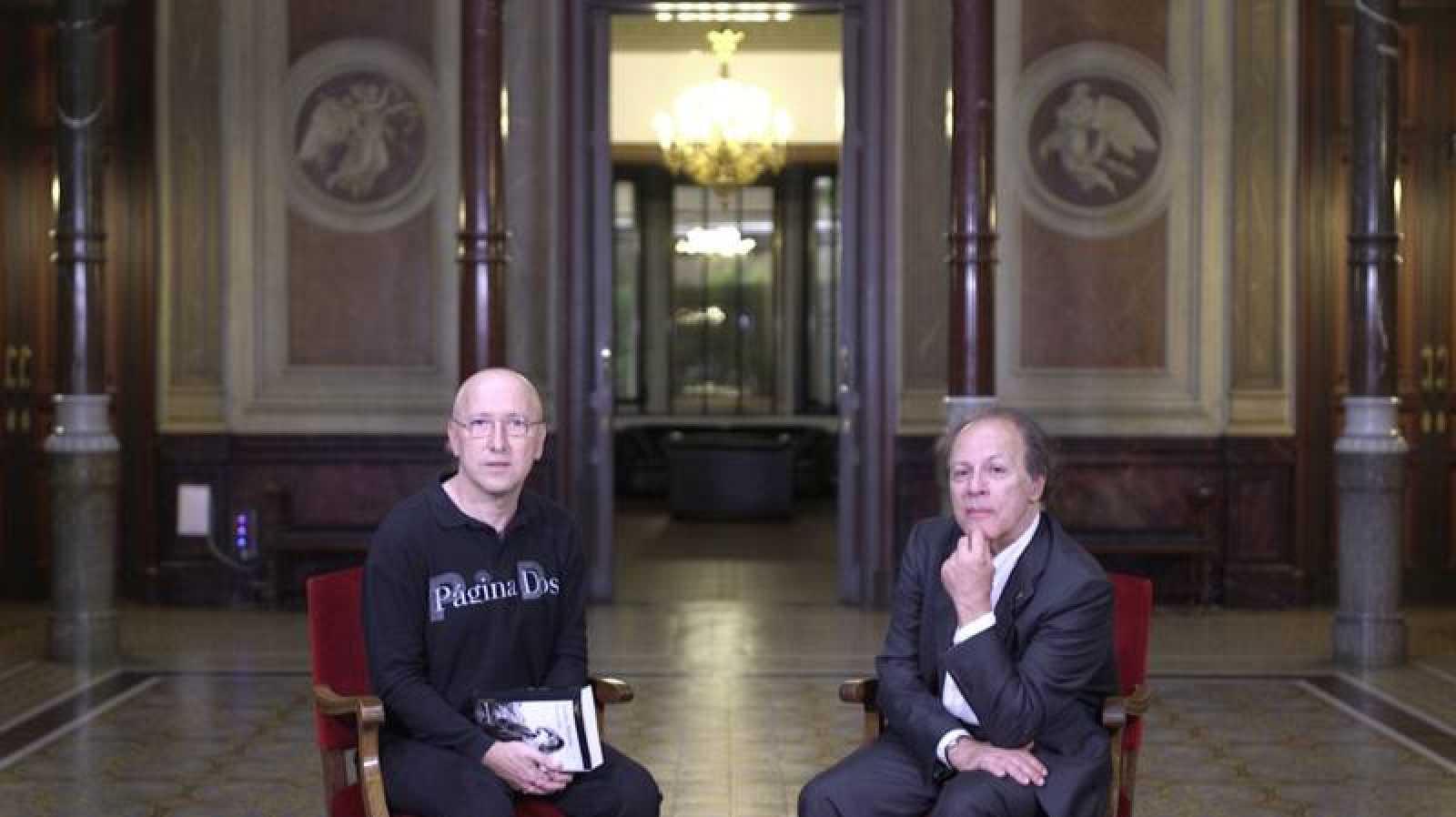 El escritor Javier Marías, con Óscar López, director de 'Página Dos'