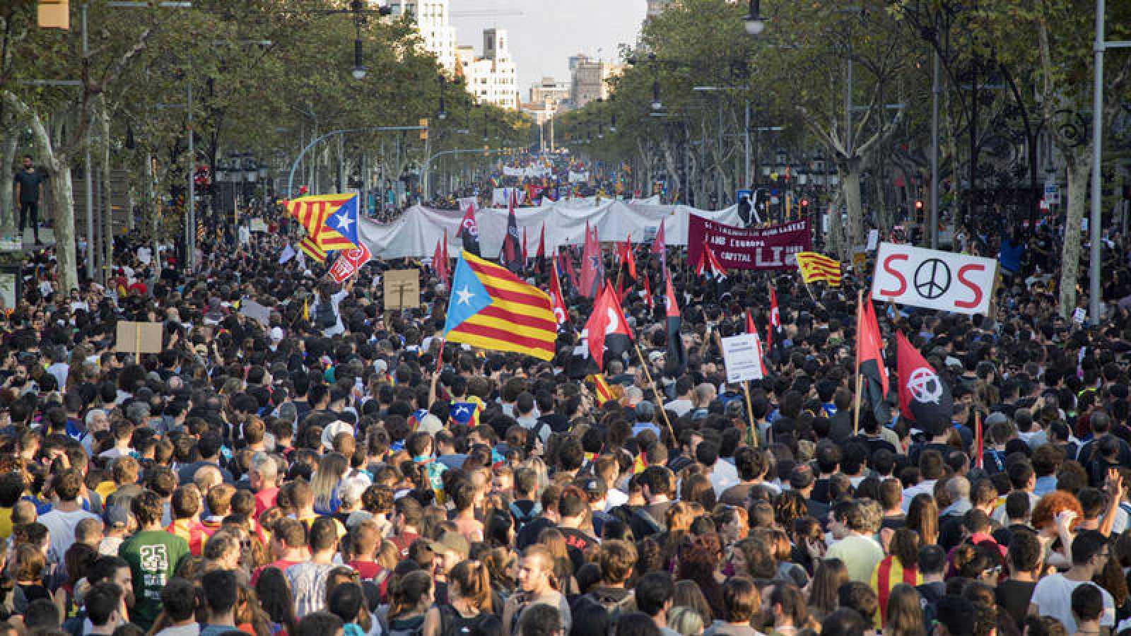 Miles de personas se concentran en el Paseo de Gracia de Barcelona en protesta por las cargas policiales del 1-O