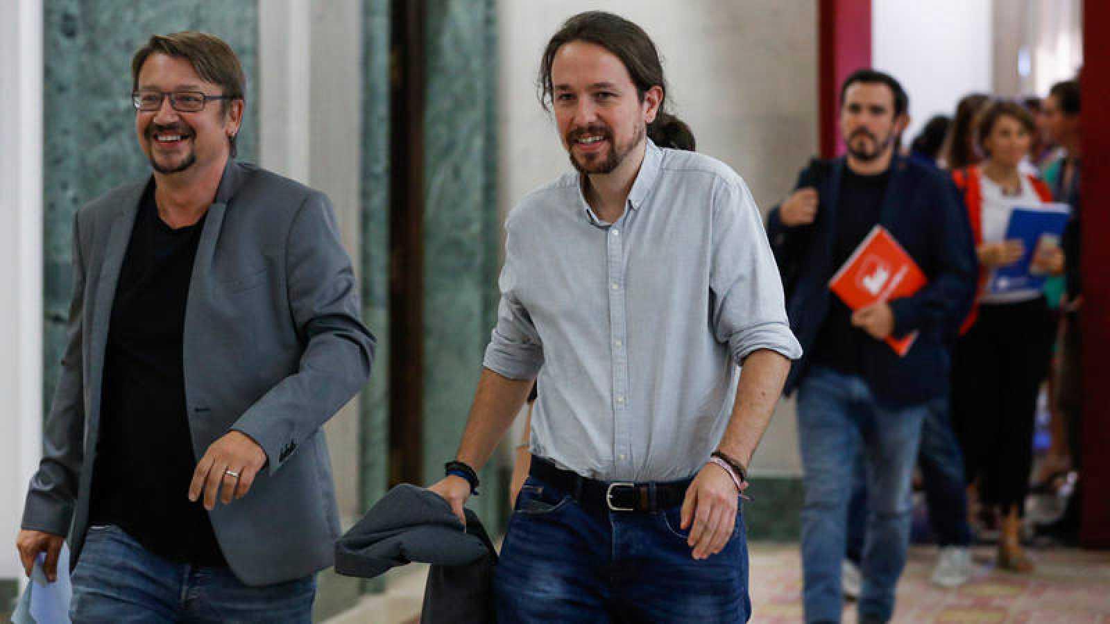 Pablo Iglesias, junto al portavoz de En Comú Podem, Xavier Domènech, tras la reunión de la mesa de partidos en el Congreso