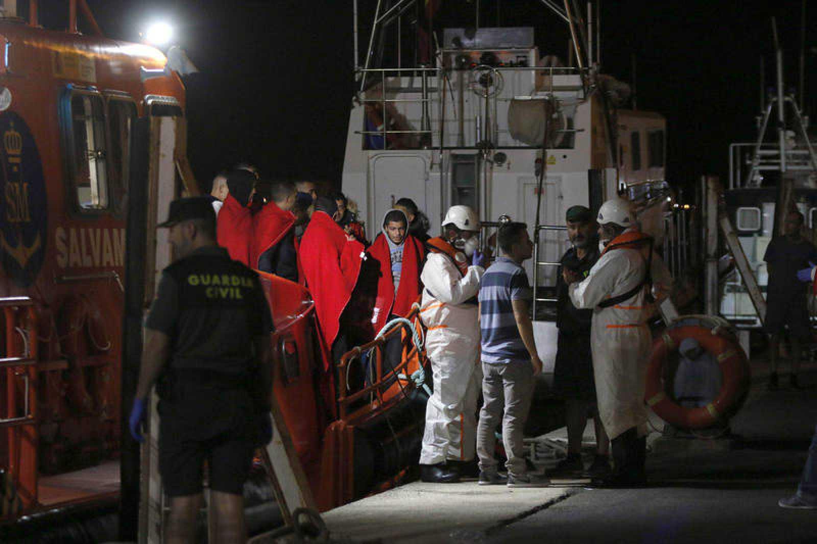 Anoche llegaban al puerto de Almería 16 varones de orígen magrebí tras ser rescatados
