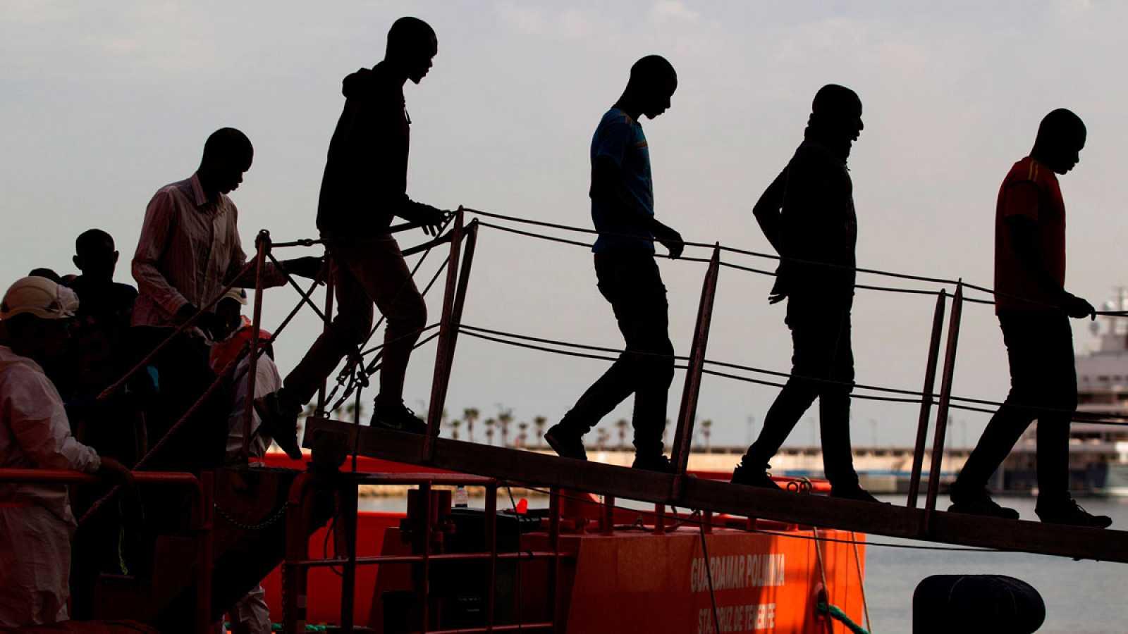 Imagen de archivo de inmigrantes rescatados y trasladados al puerto de Málaga