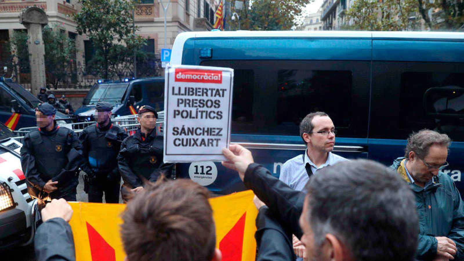 Concentración de la CUP ante la Delegación del Gobierno en Barcelona en protesta por la detención de los presidentes de la Asamblea Nacional de Cataluña (ANC), Jordi Sànchez, y de Òmnium Cultural, Jordi Cuixart.