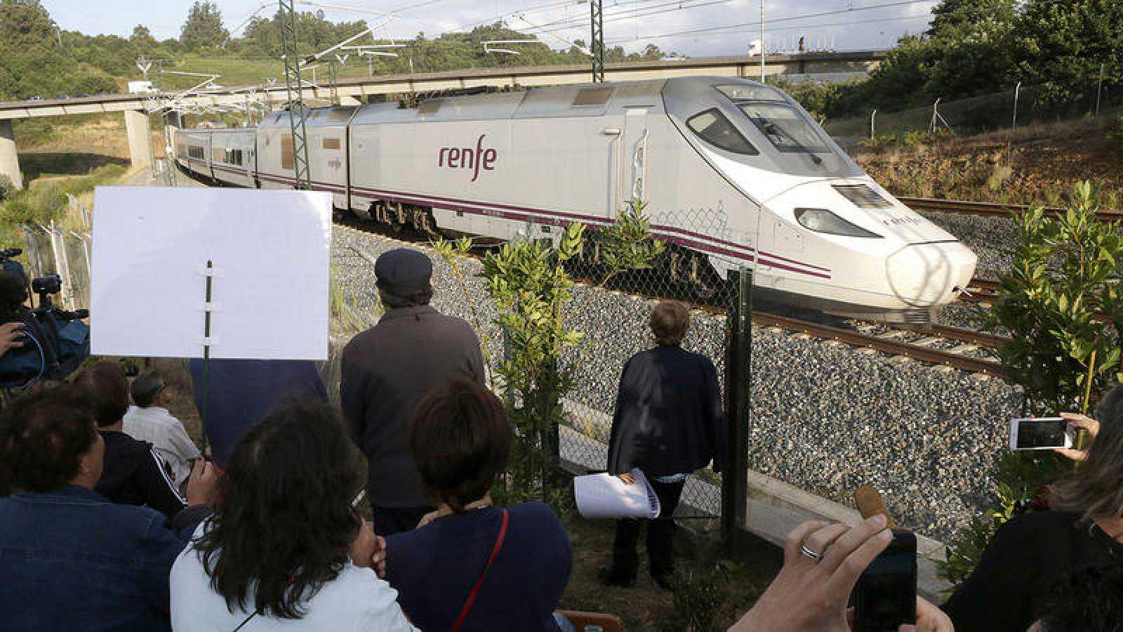 Víctimas y familiares de las víctimas del accidente ocurrido en la curva de Angois, en Santiago de Compostela