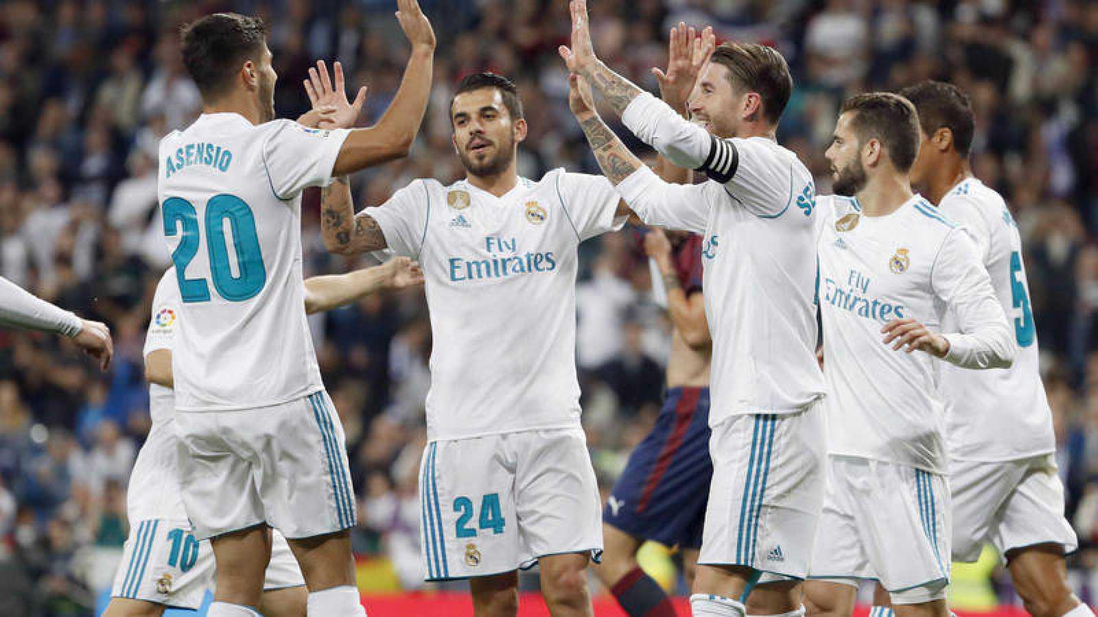 Los jugadores del Real Madrid celebran el primer gol del equipo frente al Eibar.