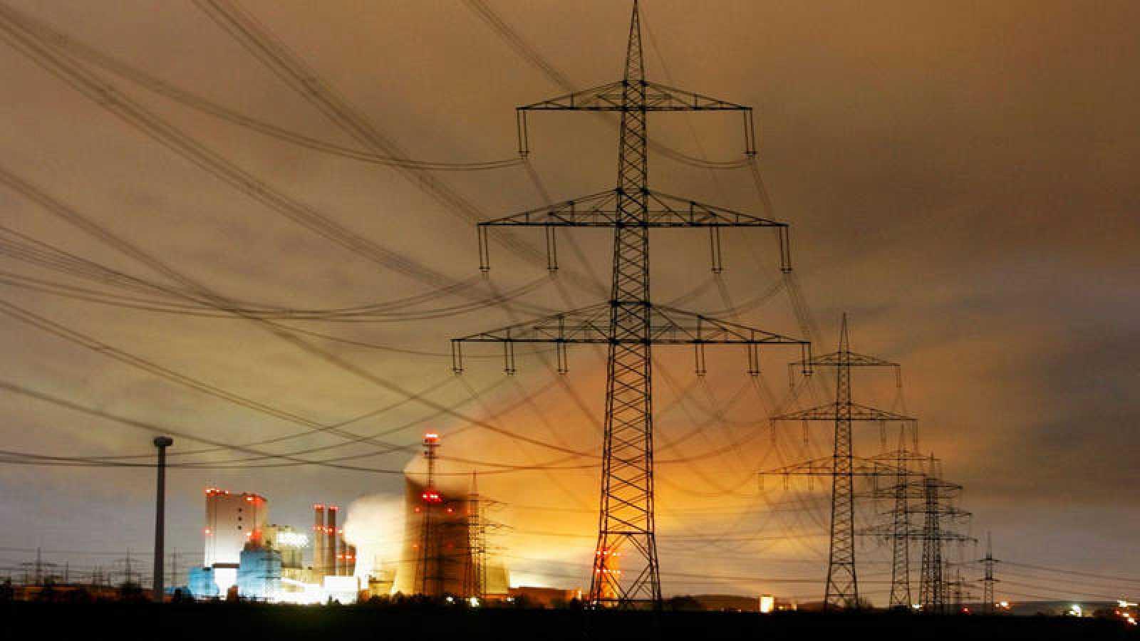 Torres de electricidad enfrente de una central térmica