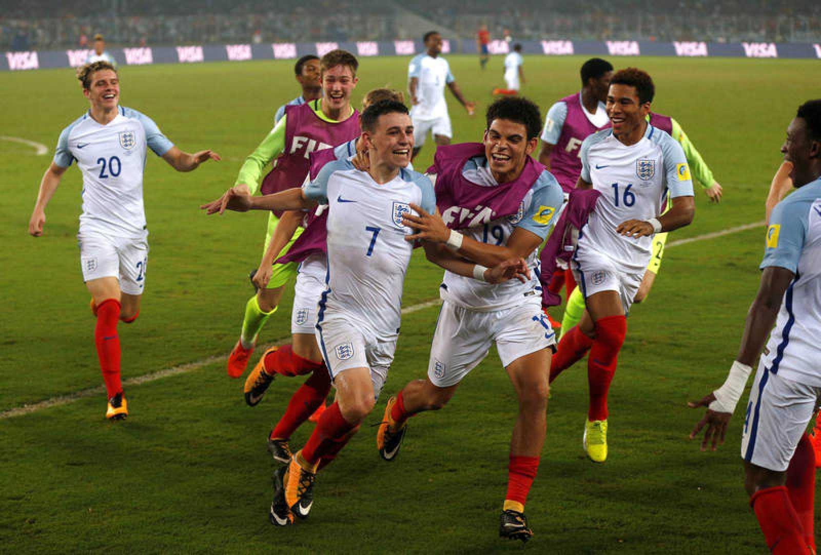 Los jugadores de Inglaterra celebran el cuarto gol, obra de Foden.