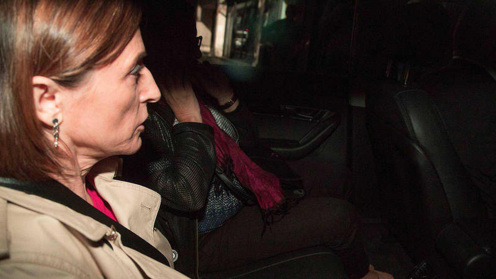La presidenta del Parlament de Cataluña, Carme Forcadell, en el interior de un vehículo, se dirige a la reunión de la Ejecutiva de ERC, hoy en Barcelona