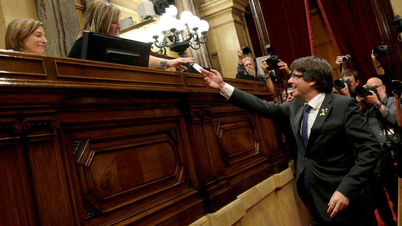 El presidente de la Generalitat vota el  27 de octubre en el pleno del Parlament que aprobó la declaración de independencia de Cataluña