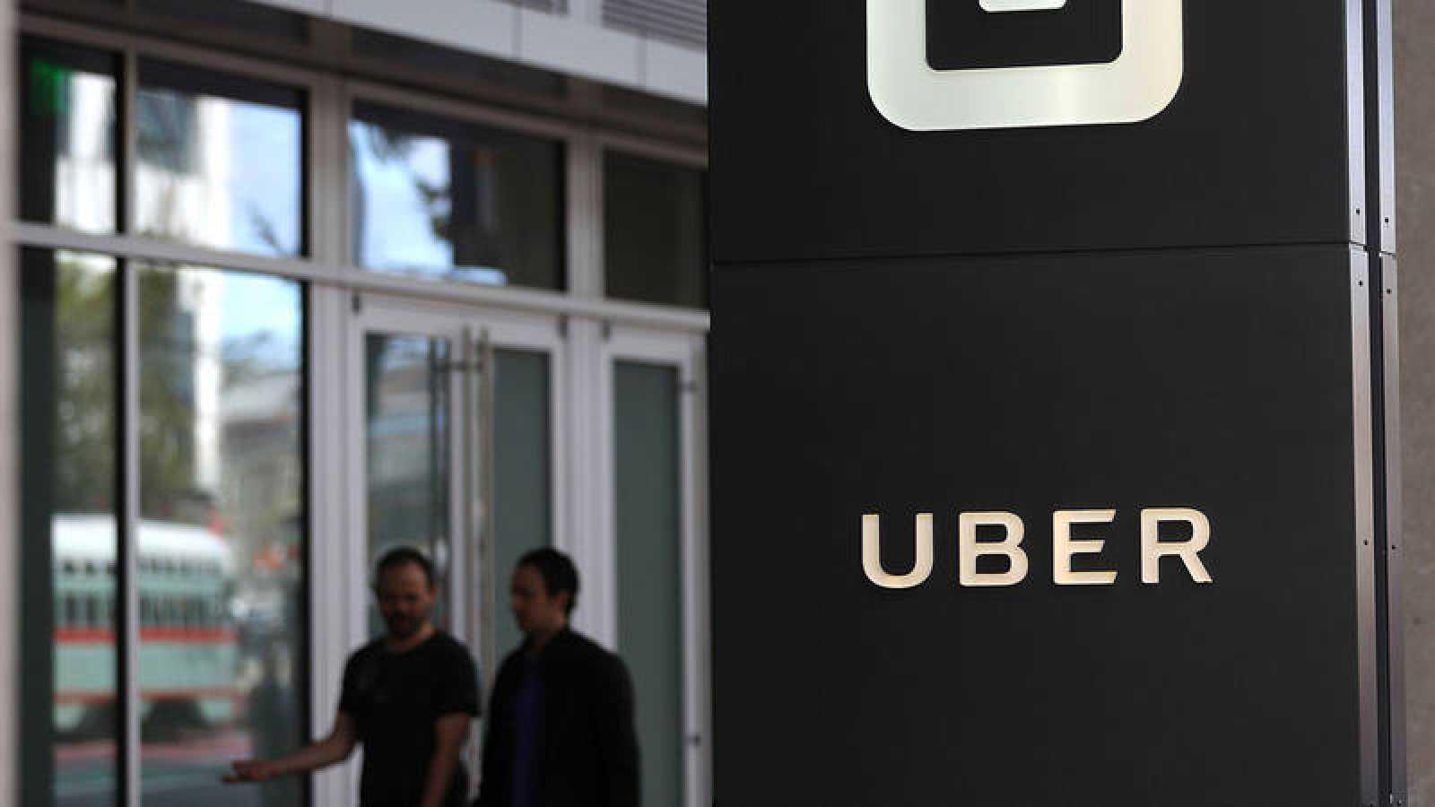 Logo de Uber a la puerta de sus oficinas en San Francisco