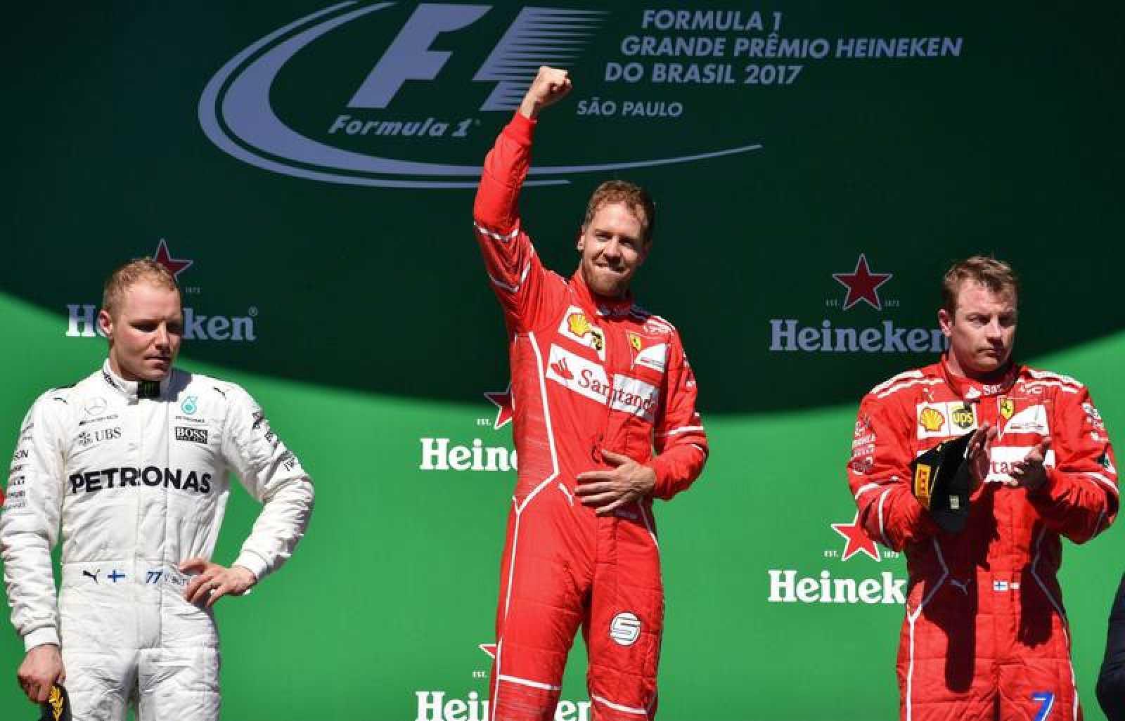 El alemán de Ferrari, Sebastian Vettel, celebra su victoria en Brasil en lo más alto del podio.