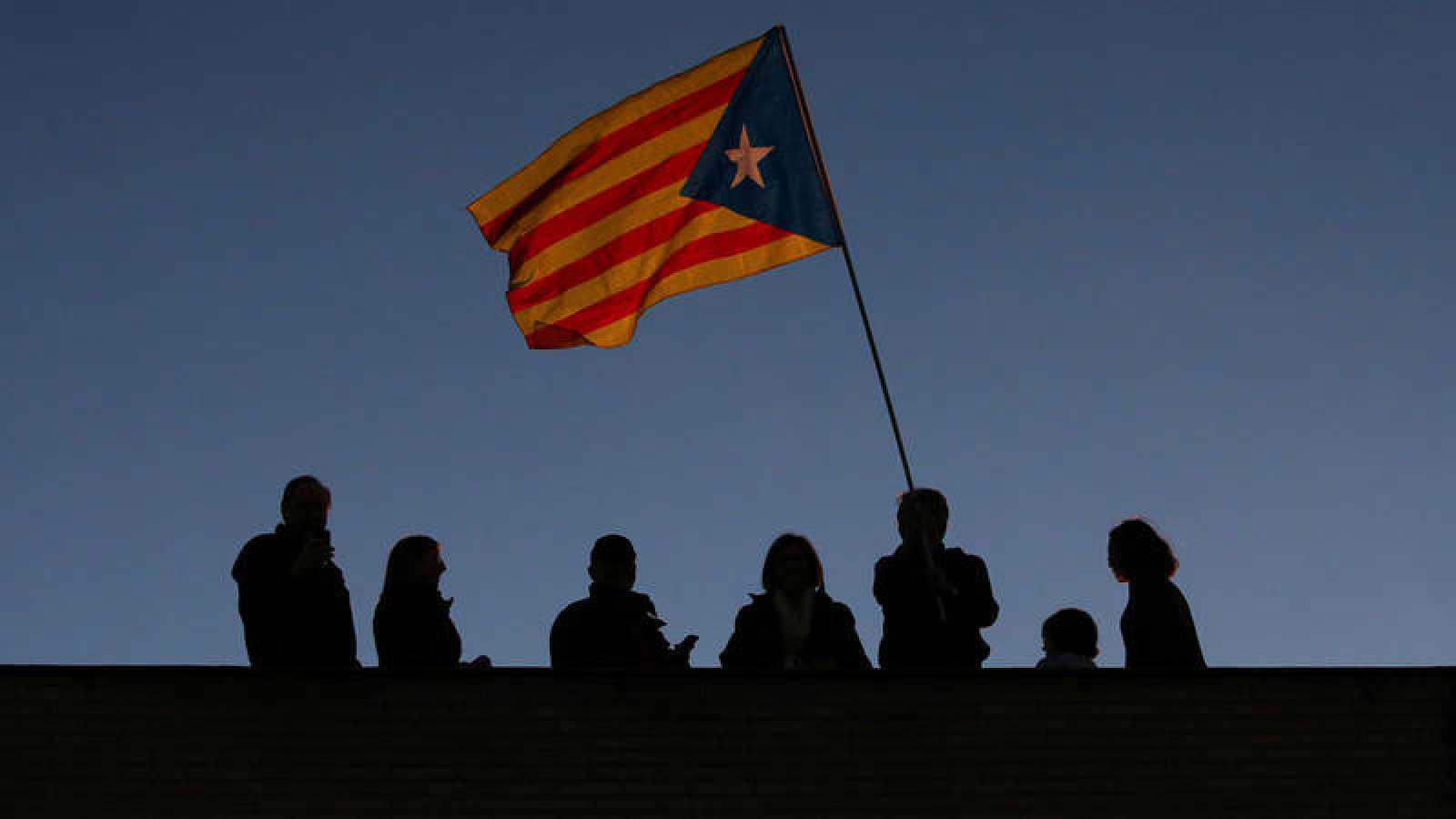 Un grupo de personas ondea una estelada en la manifestacion del pasado 11 de noviembre en Barcelona