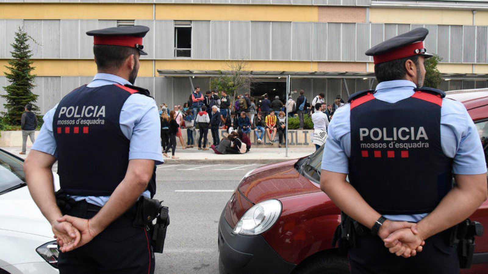 Mossos ante el colegio Gili Gayà de Lleida durante el 1-O