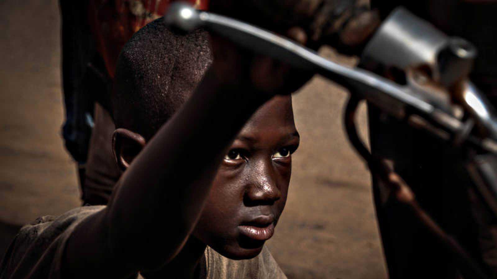 Abdu Traoré, de 14 años, en el taller de motos de Bamako en el que trabaja