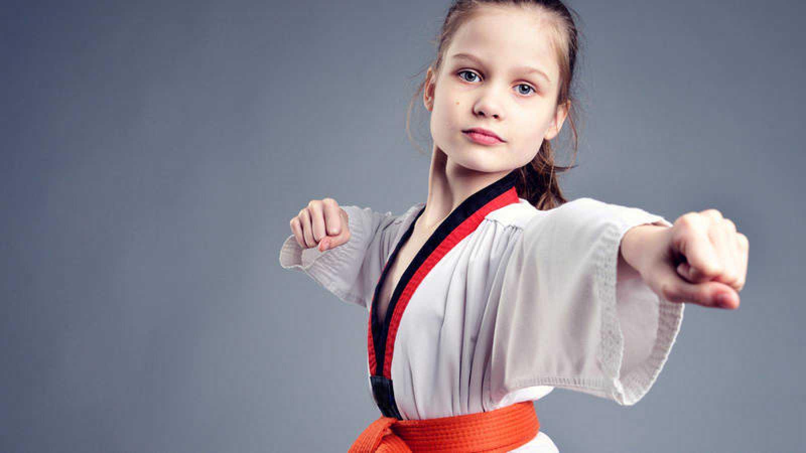 Niña practicando artes marciales