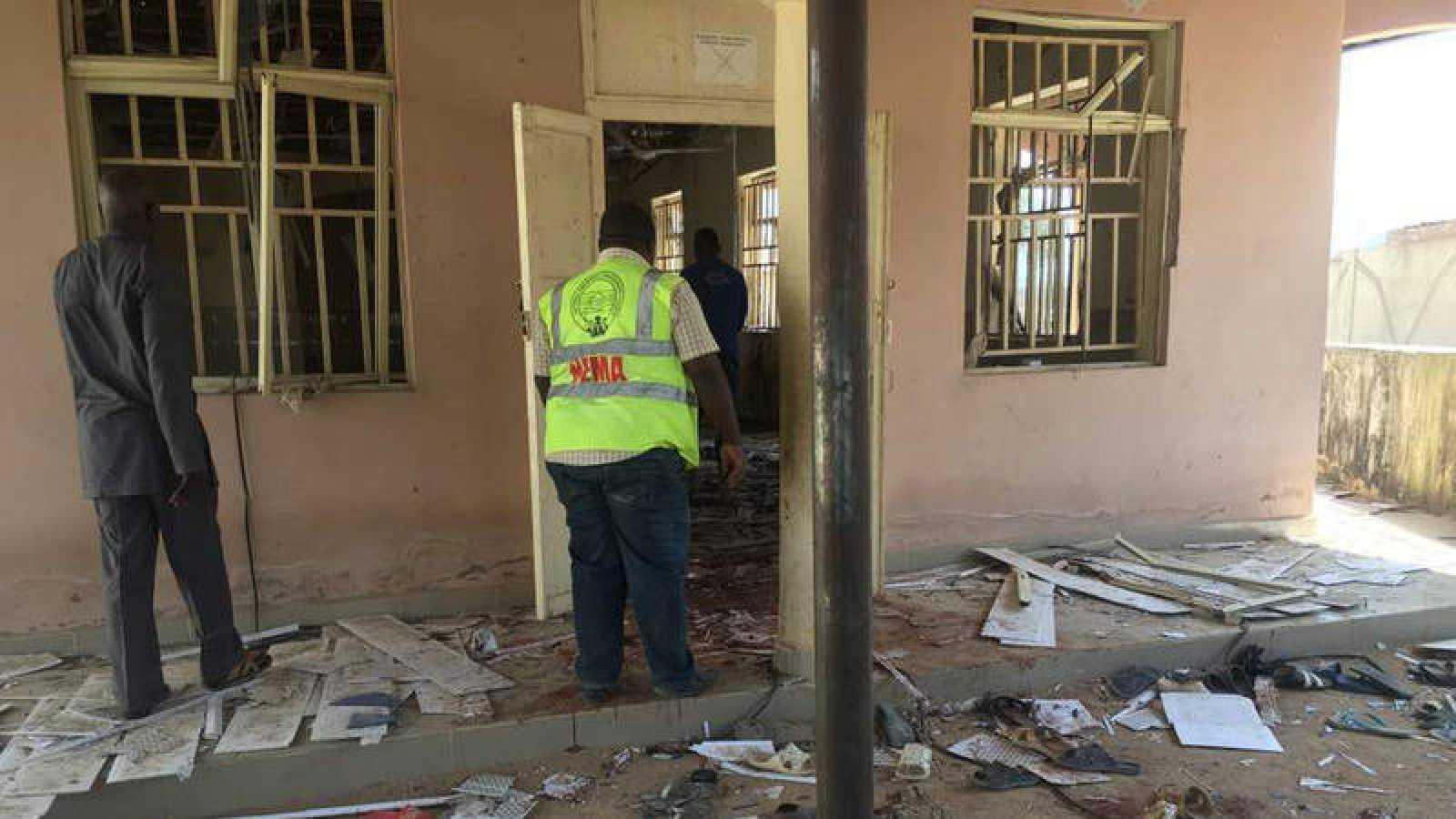 Personal de emergencias inspecciona la mezquita donde se ha producido el atentado suicida en Nigeria