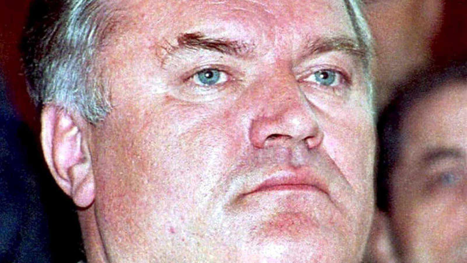 Foto de archivo de 1995 del exlíder militar serbobosnio Ratko Mladic