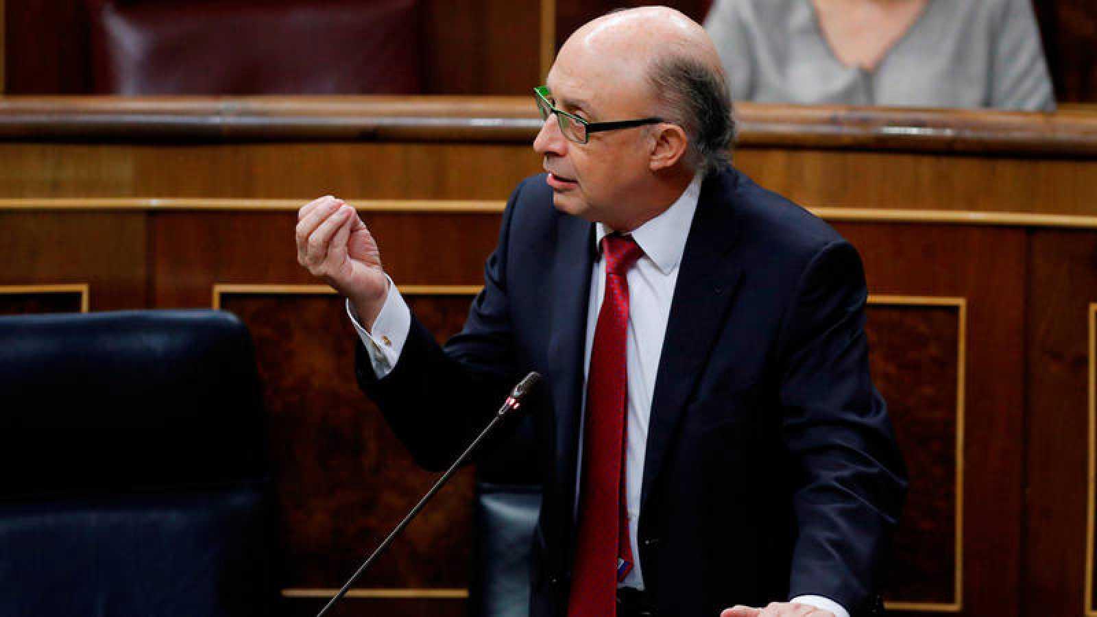 El ministro de Hacienda, Cristóbal Montoro, interviene en la sesión de control al Gobierno