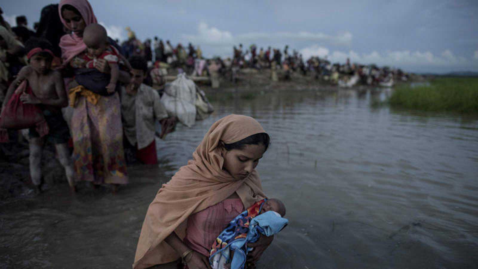 Refugiados rohingya cruzando el río Naf desde Myanmar hacia Bangladesh