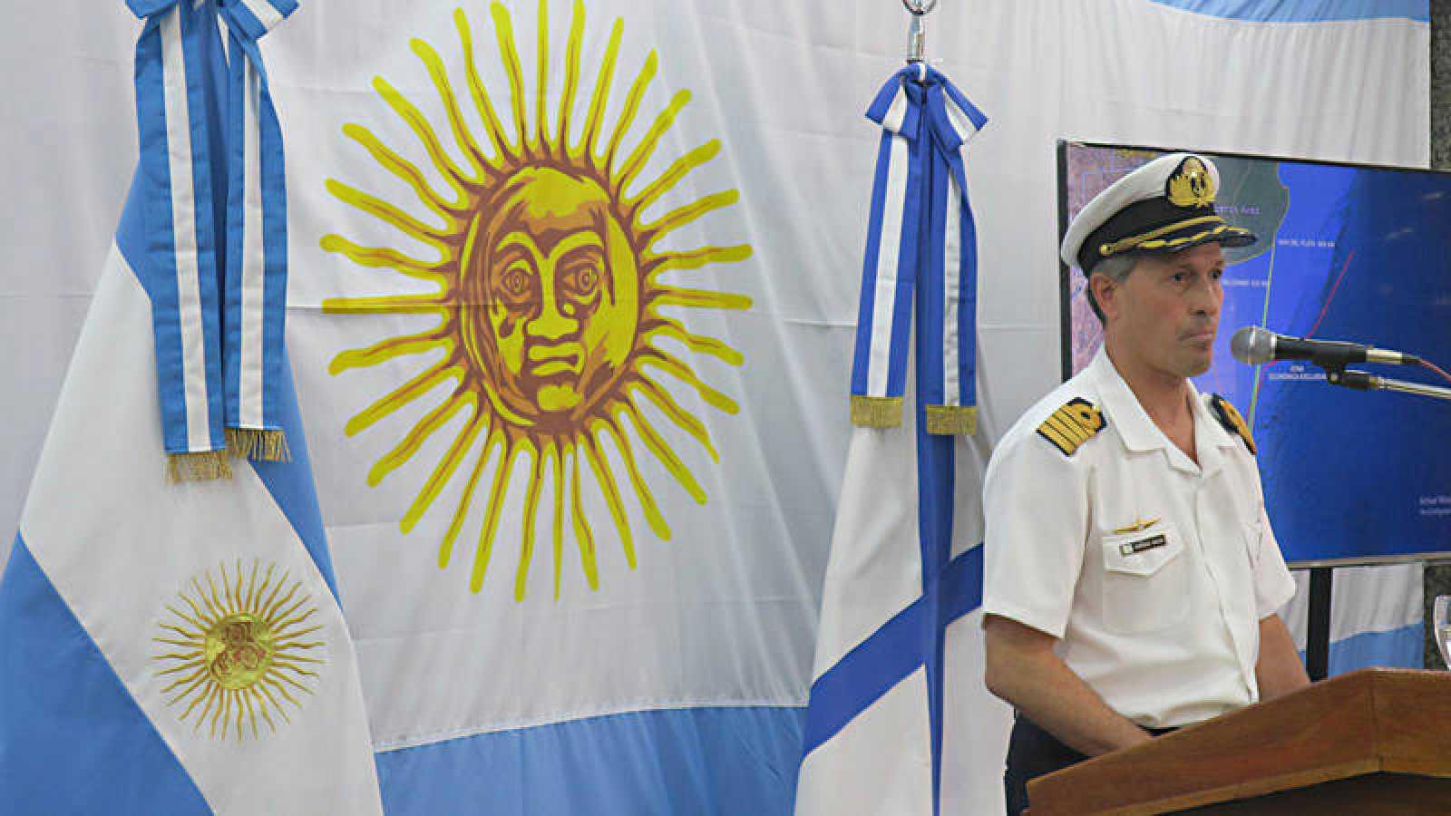 El portavoz de la Armada argentina, capitán Enrique Balbi, informa a los medios de comunicación sobre el submarino desparecido