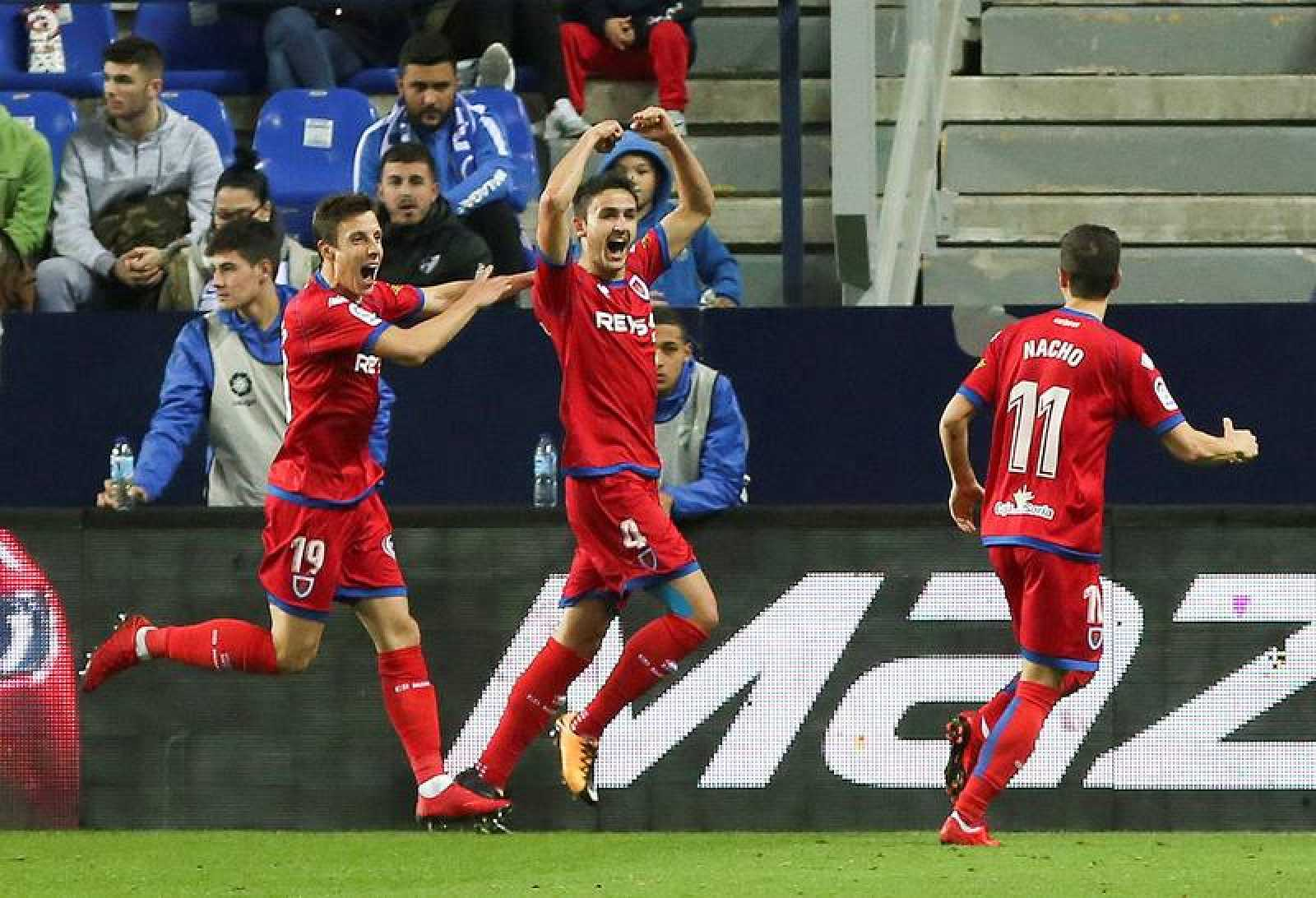 Los jugadores del Numancia festejan su gol.