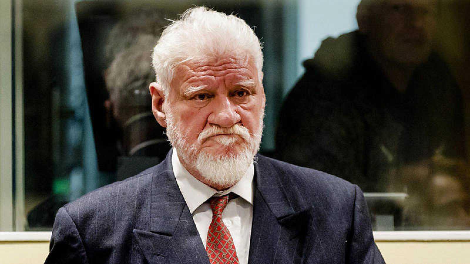 El exgeneral croata Slobodan Praljak aguarda el inicio de su comparecencia en La Haya